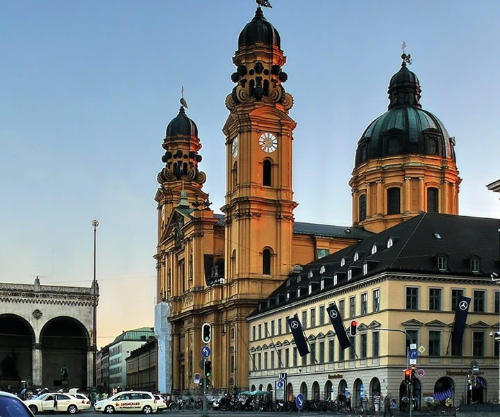 Am Odeonsplatz musste Lola Montez vor den wütende München fliehen und sich in die Theatinerkirche in Sicherheit bringen