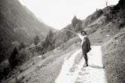Gabriele-Münter-Kandinsky-zeigt-mit-dem-Wanderstab-auf-die-Berge-Südtirol-Frühling-1908-GAbriele-Münter-und-Johannes-Eichner.Stiftung