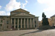 Die bayerisNachdem das Hoftheater sie abgelehnt hatte, bedrängte sie Ludwig I., sie auf die Bühne des National Theater zu lassen.che Staatsoper in München